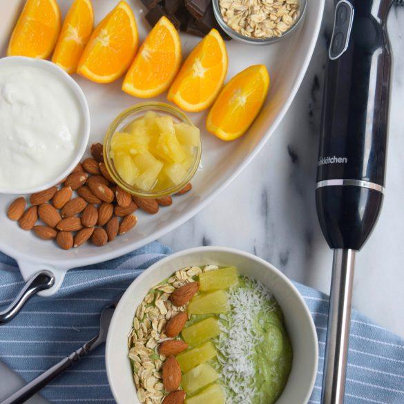 Débutez vos matins du bon pied avec un bol de smoothie vert